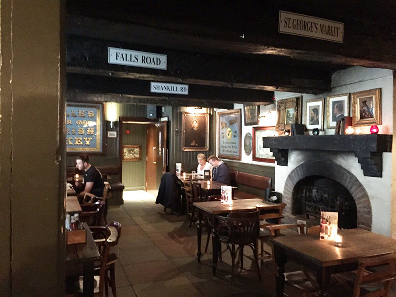 Interior do Whites Tavern em Belfast