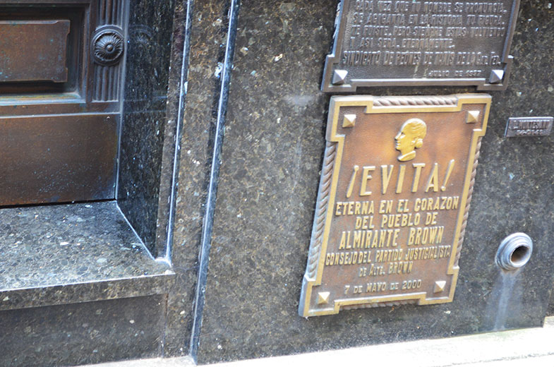 Placa no túmulo de Evita Perón